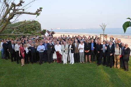 Concurrents et partenaires rassemblés en bord de mer, sur un site appartenant désormais  au club des « plus belles baies du monde ».