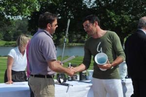 Fidèle du National de Golf des Journalistes depuis la première édition, Thomas Guichard (Canal +) a décroché son premier titre. Il est récompensé par Jérôme Philippe (Agence Communiqués)