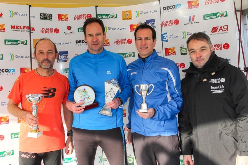Hervé Petitbon (Maine libre), Arnaud Bodin (Ouest-France) champion de France, Gildas Menguy (France Bleu Mayenne) sur le podium, aux côtés de Stéphane Bois (président de l'UJSF Ouest). Photo Dominique Breugnot.