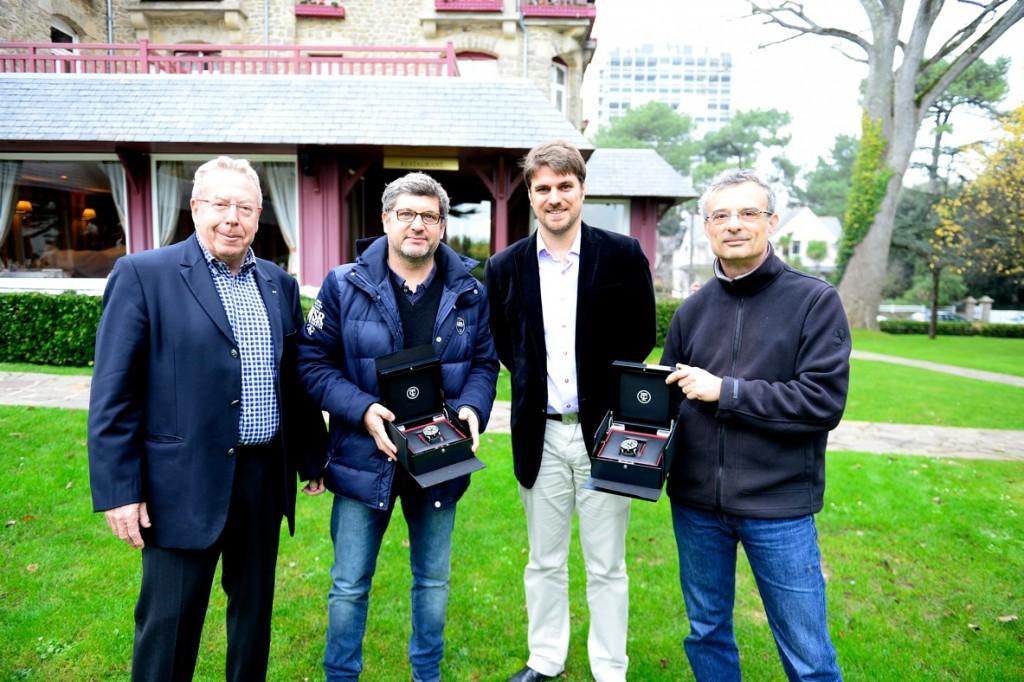 Lauréats 2013 du Prix LCL-UJSF, Olivier Clerc et Franck Dubray (Ouest-France) ont été récompensés à La Baule par Yan Duhamel (responsable du sponsoring chez LCL). En présence, également, de Jean-Claude Virfeu (vice-président de l'UJSF), ils se sont vu offrir une très belle montre-chrono italienne.