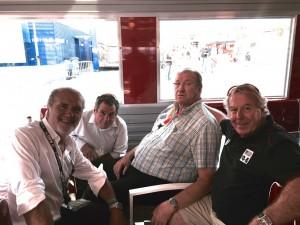 Retrouvailles sur le circuit Bugatti entre Claude Gasnal, ancien international de basket et créateur des 24 Heures vélo, Jean Réveillon, Christian Palka et Jean-Claude Virfe