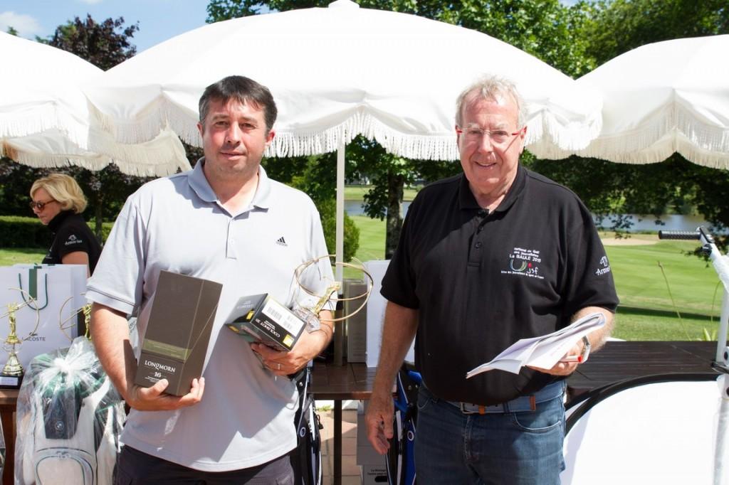 Partenaire du National UJSF de Golf, Nikon a offert cinq  télémètres laser Coolshot à autant de lauréats de la compétition comme ici Tanguy Bernier, vainqueur de la catégorie 3e série net. Avec pareil outil, notre confrère de Paris Turf ne pourra qu'améliorer ses scores.