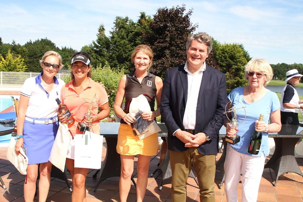 C'est Franck Louvrier, vice-président de la Région des Pays de la Loire et Conseiller municipal de La Baule qui a récompensé les VIP dames. Si en brut, Jocelyne Van der Gucht (à droite) était intouchable, en net, la bagarre a été intense entre Marcela Arnaud-Fredes, Marie Briand et Aurélie Waymel.