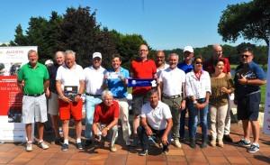 La galerie des VIP hommes avec au premier rang Jean-Jacques Brehier et Loïc Amisse, alors que derrière, Eric Baran est fier d'exhiber les 2 billets qu'il à gagnés pour aller aux 24 Heures du Mans et Stéphane Vuilleminl serviette Ryder Cup offerte par la FF Golf .