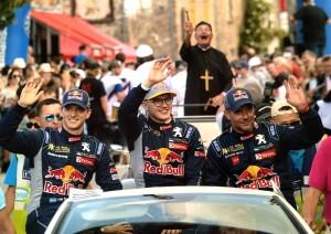 Une troisième place pour Marc Ollivier (Ouest-France) grâce à cette photo de Sébastien Loeb et Monsieur le curé, réalisée lors de la parade des pilotes du rallycross de Lohéac.