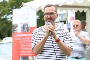 Antony Randazzo au micro lors de la garden party