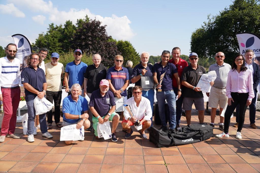 Chez les journalistes 2e série, le titre, le trophée et le sac Ogio pour Patrice Roubaud (TF1 Ajaccio) entouré ici de tous ses confrères.